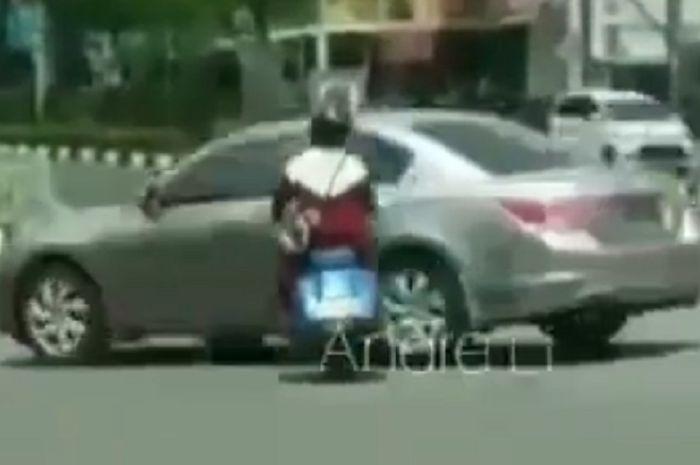 Pemotor Vespa 2-tak ditabrak Honda Accord