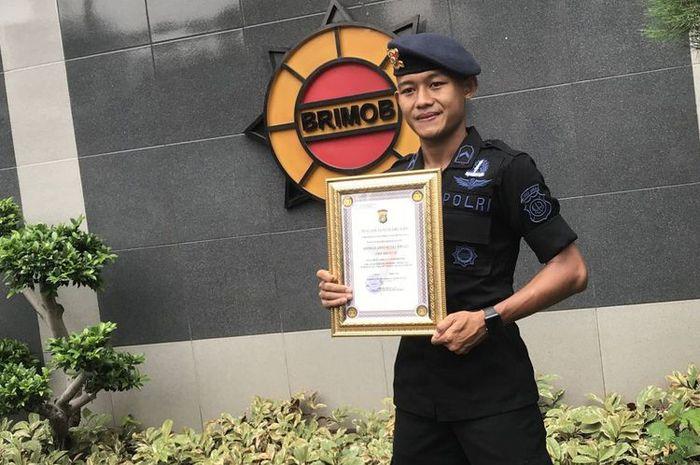 Bripda Sani Rizki anggota Satuan Brimob Polda Metro Jaya menerima sertifikat apresiasi atas prestasinya mengharumkan nama bangsa saat tergabung dalam Timnas U-22 Piala AFF 2019. Piagam apresiasi tersebut ia terima, Jumat (1/3/2019).