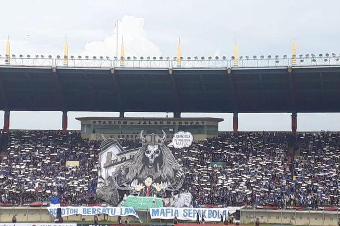 Spanduk bobotoh bersatu lawan mafia sepak bola yang dibentangkan suporter Persib Bandung jelang laga perdana Grup A Piala Presiden 2019 melawan PS Tira Persikabo di Stadion Jalak Harupat, Soreng, Sabtu (2/3/2019).