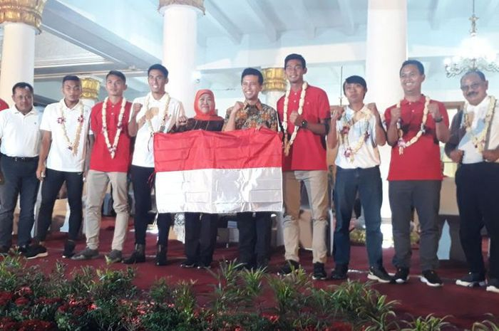 Gubernur Jawa Timur Khofifah Indar Parawansa dan Wagub Emil Elestianto Dardak membeei penyambutan kepada penggawa Timnas U-22 Indonesia serta ofisial dan dokter tim asal Jawa Timur di Gedung Negara Grahadi, Jumat (1/3/2019) malam