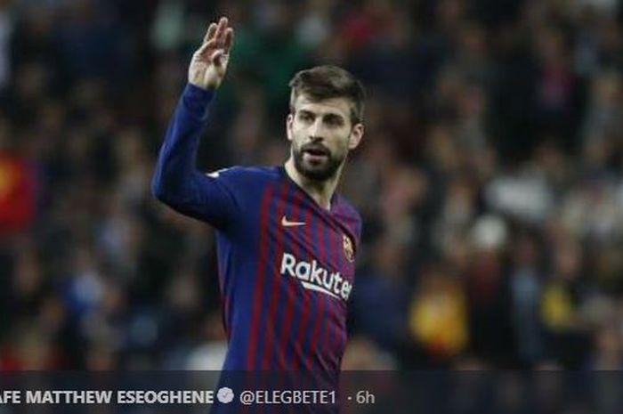 Bek FC Barcelona, Gerard Pique, menunjukkan gestur protes dalam laga pekan ke-26 Liga Spanyol kontra Real Madrid, 2 Maret 2019.