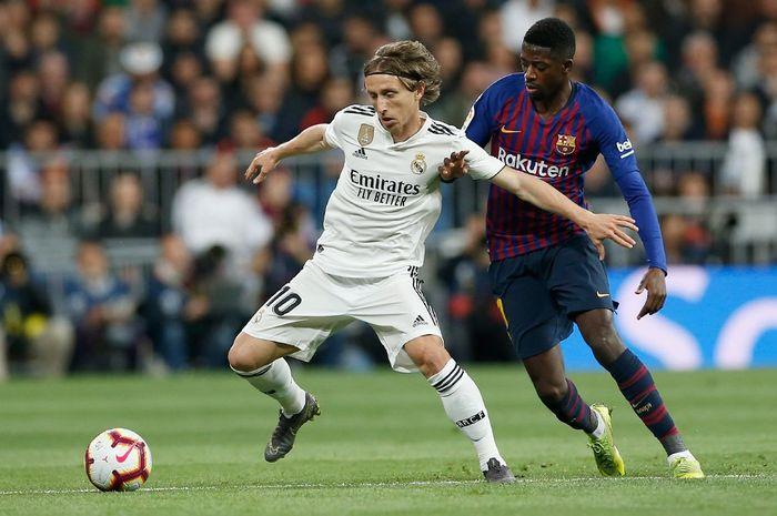 Gelandang Real Madrid, Luka Modric, berjibaku dengan penyerang FC Barcelona, Ousmane Dembele, dalam laga pekan ke-26 Liga Spanyol di Stadio Santiago Bernabeu, 2 Maret 2019.