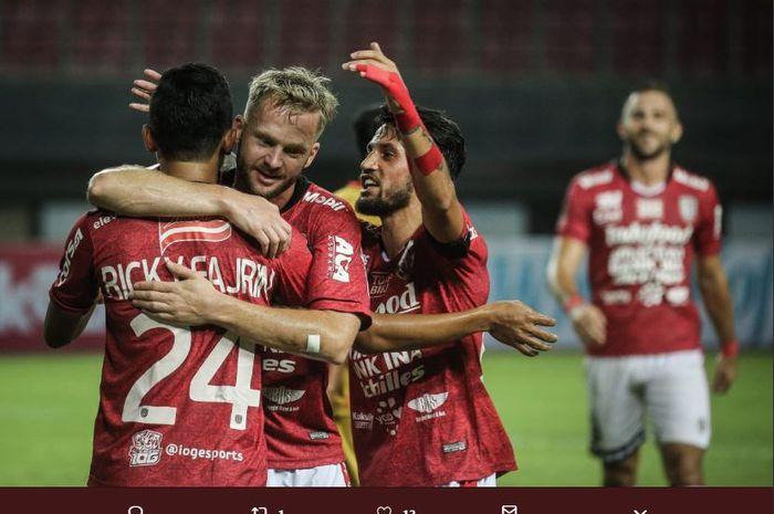Kiri ke kanan, Ricky Fajrin, Melvin Platje, dan Stefano Lilipaly, merayakan gol Bali United ke gawang Mitra Kukar di Piala Presiden 2019.