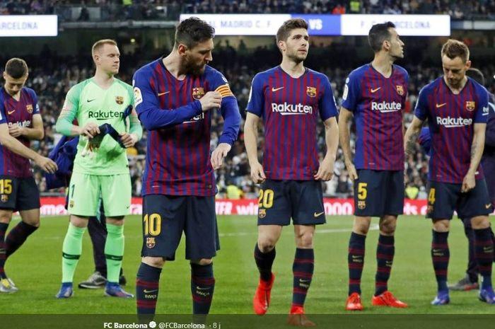 Megabintang Barcelona, Lionel Messi, memegang ban kapten yang terpasang di lengannya.