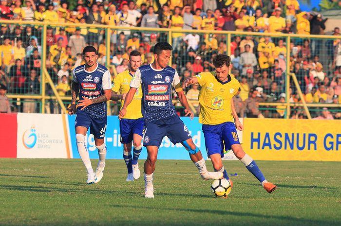 Pemain Barito Putera (kuning) dan pemain Arema FC (biru) saling berebut bola dalam lanjutan Liga 1 Gojek Traveloka di Stadion 17 Mei, Banjarmasin, Rabu (11/7). Dalam pertandingan tersebut kedua kesebelasan bermain imbang (0-0).