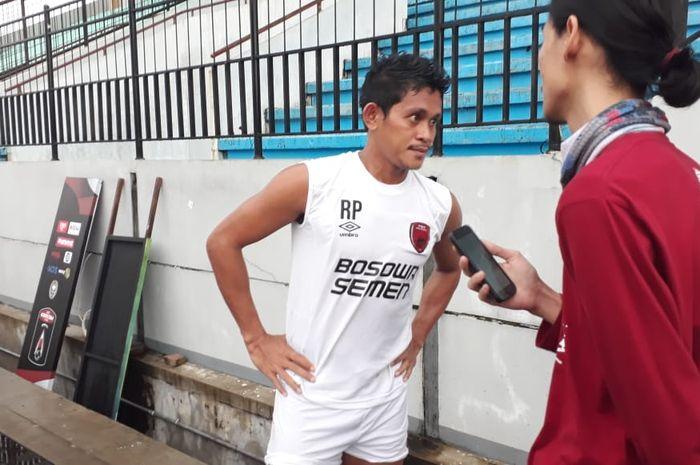 Pemain PSM Makassar, Rizky Pellu, di sela latihan tim jelang Piala Presiden 2019 di Stadion Moch Soebroto, Selasa (5/3/2019).