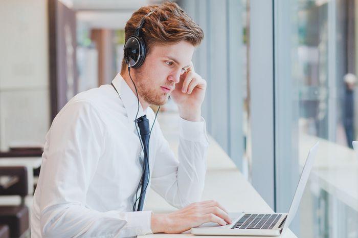 Mendengarkan musik saat bekerja.