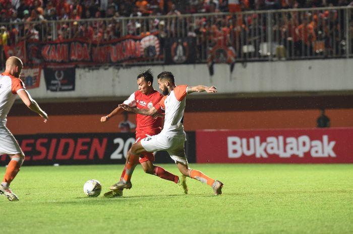 Penyerang Persija Jakarta, Novri Setiawan, saat melawan Borneo FC
