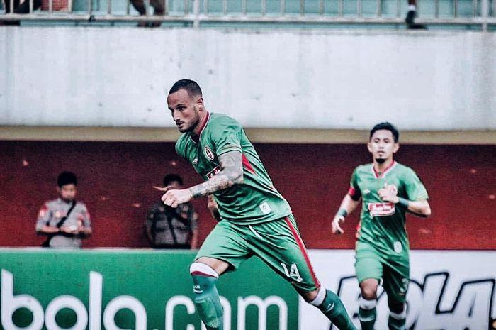 Gelandang asing PSS Sleman, Alfonso de la Cruz, saat menjalani debut melawan Madura United pada ajang Piala Presiden 2019 di Stadion Maguwoharjo, Sleman, Selasa (5/3/2019).