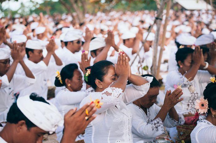 Penduduk Bali melakukan upacara Melasti.