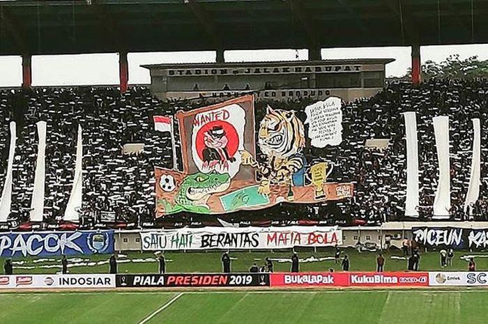 Koreografi saat pertandingan Persebaya Surabaya vs Persib Bandung pada matchday kedua Grup A Piala Presiden 2019 di Stadion Si Jalak Harupat, Bandung, Kamis (7/3/2019).