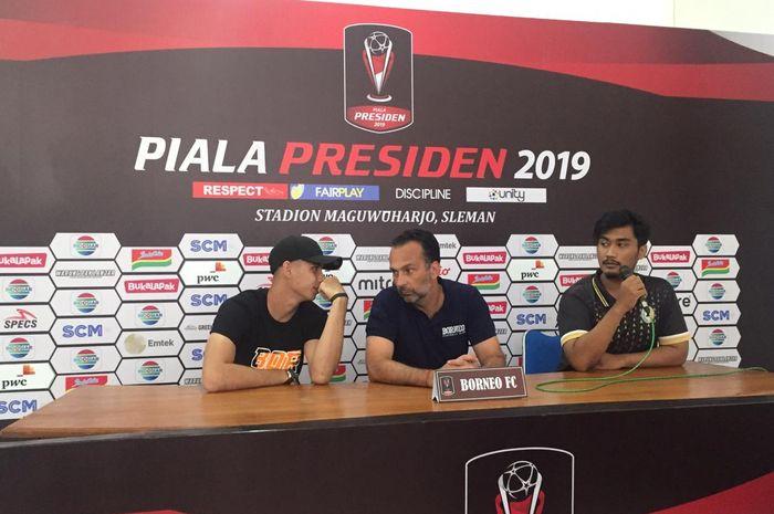 Pelatih Borneo FC, Fabio Lopez, didampingi kiper Nadeo saat jumpa pers di Stadion Maguwoharjo, Kamis (7/3/2019) siang.