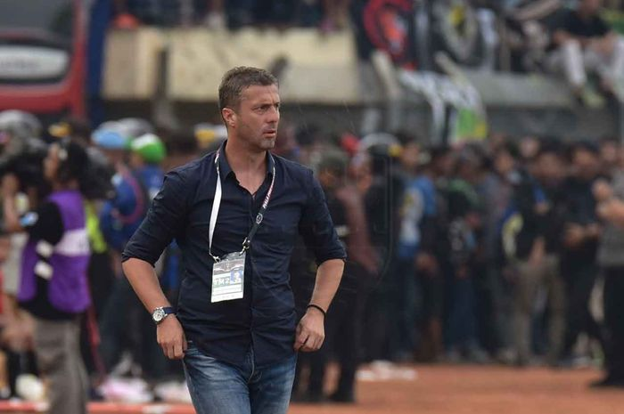 Pelatih Persib Bandung, Miljan Radovic, saat memimpin timnya melawan Persebaya Surabaya di Piala Presiden 2019.