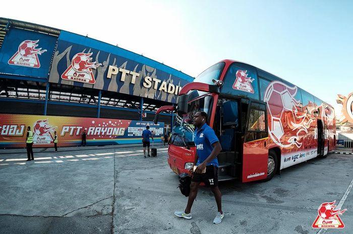Bek berpaspor Indonesia milik PTT Rayong, Victor Igbonefo turun dari bus timnya jelang laga kontra Samut Prakan City pada lanjutan Liga Thailand 1 2019, 10 Maret 2019.