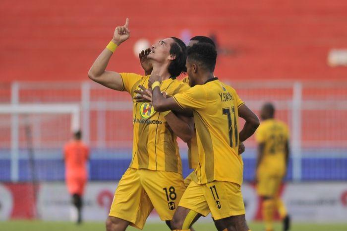 Pemain Barito Putera, Gavin Kwan Adsit, merayakan gol yang dicetak ke gawang Persita Tangerang di Piala Presiden 2019.
