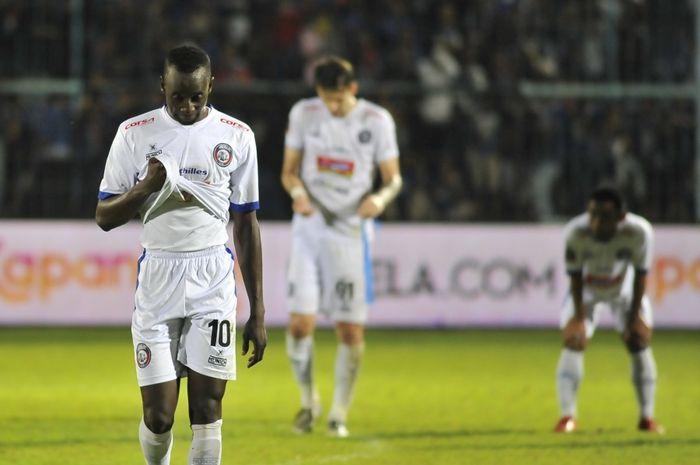 Pemain Arema FC tertunduk setelah kalah dari Persela Lamongan di Piala Presiden 2019.