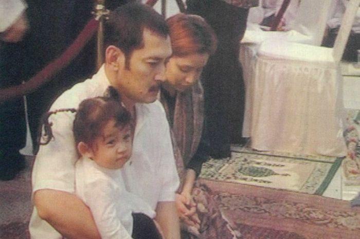 Mayangsari dan Bambang Trihatmodjo saat Presiden Soekarno meninggal dunia