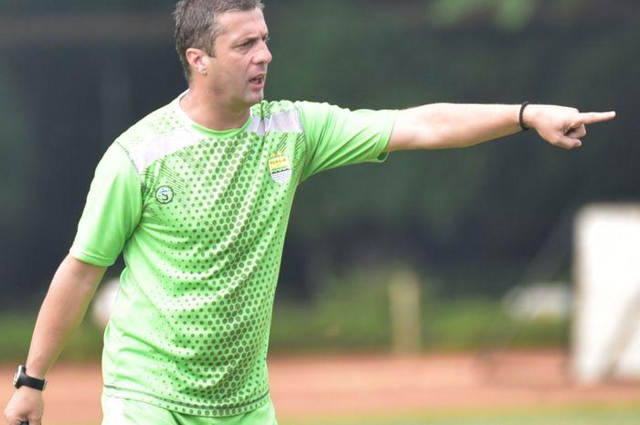 Pelatih Persib Bandung, Miljan Radovic, memimpin latihan tim sebelum laga melawan Perseru Serui di Piala Presiden 2019.