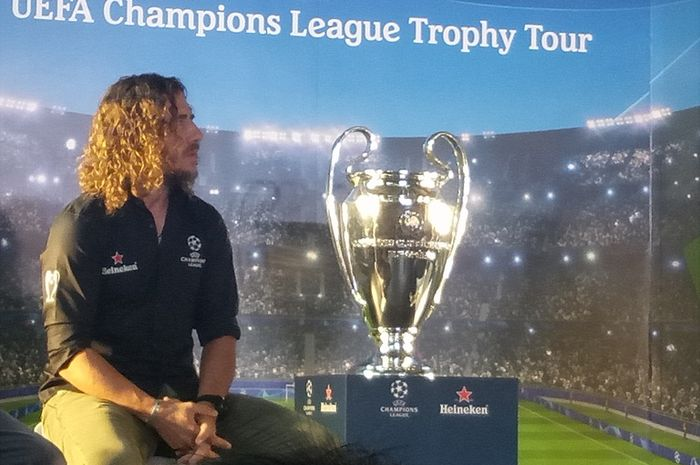 Eks kapten Barcelona, Carles Puyol, dalam acara tur trofi Liga Champions di Beer Hall, Senin (11/3/2019)