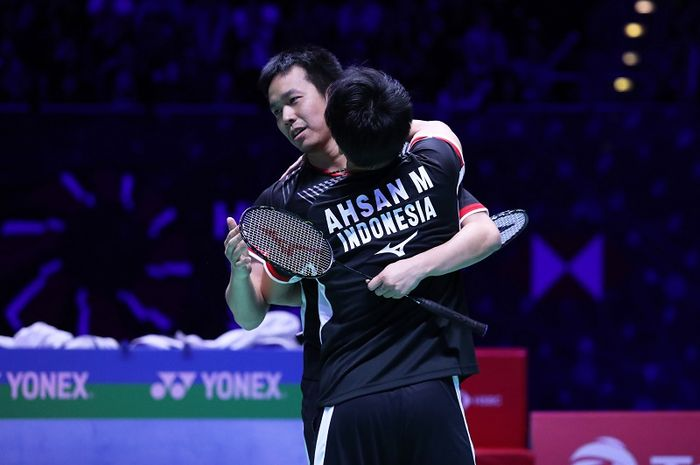 Pasangan ganda putra Indonesia, Mohammad Ahsan/Hendra Setiawan, berpelukan setelah memastikan diri sebagai juara All England 2019 di Arena Birmingham, Inggris, Minggu (10/3/2019).