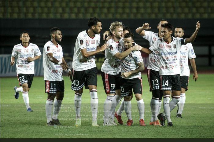 Para pemain Bali United merayakan gol ke gawang Semen Padang dalam laga Piala Presiden 2019.