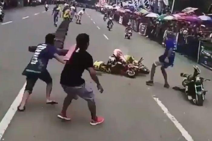 Para pembalap MiniGP terjatuh di lintasan