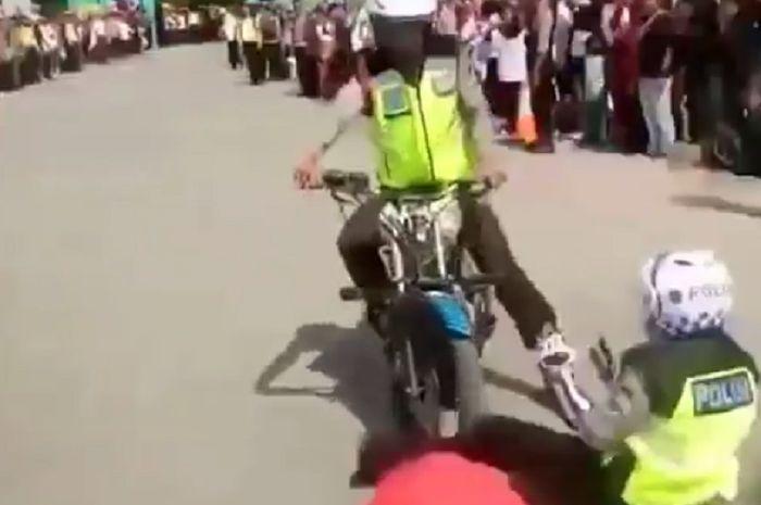 Dua orang Polisi gagal melakukan aksi freestyle