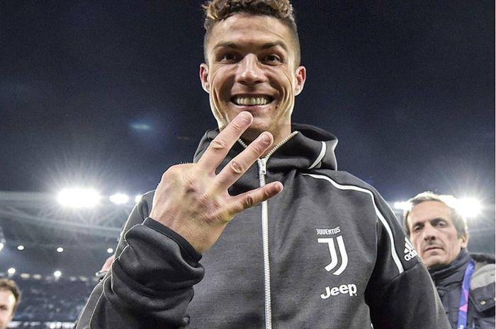 Bintang Juventus Cristiano Ronaldo berpose dengan tiga jari usai mencetak hatrik kontra Atletico Madrid dalam babak 16 besar leg kedua di Stadion Allianz, Torino, Italia, Rabu (12/3/2019) dini hari WIB.