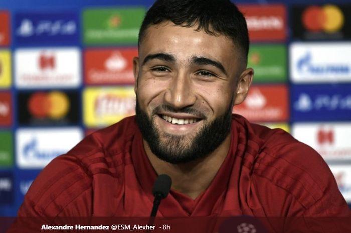 Pemain Olympiqu Lyon, Nabil Fekir saat konferensi pers jelang lawan Barcelona di Camp Nou