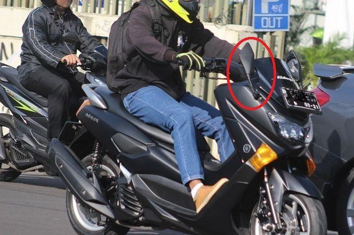 Yamaha NMAX pakai spion model tanduk (lancip).