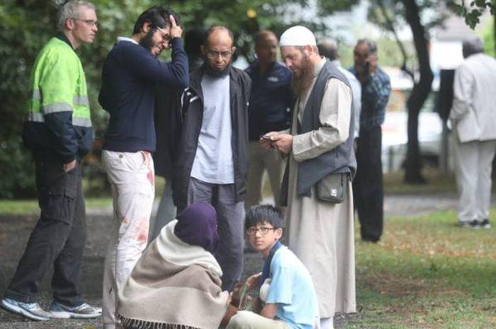 Para korban berkumpul di taman setelah tragedi penembakan.