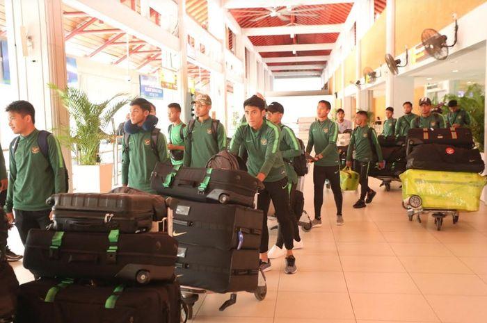 Para pemain Timnas U-23 Indonesia tiba di Bandara Internasional I Gusti Ngurah Rai, Badung, Bali, Jumat (15/3). Timnas U-23 Indonesia akan melakoni laga uji coba kontra Bali United, Minggu (17/3//2019).
