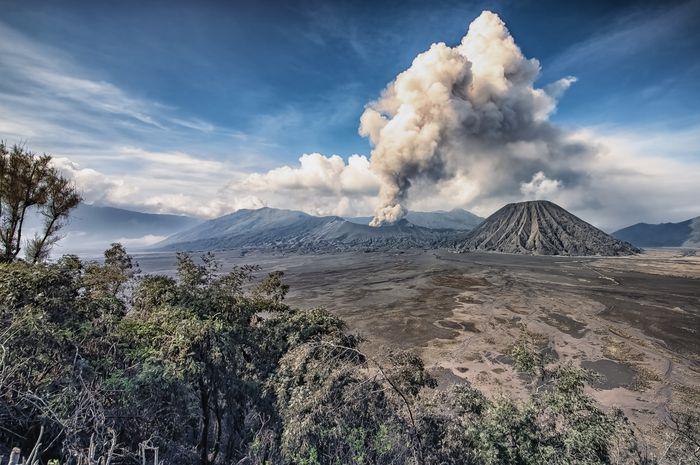 Ilustrasi erupsi Gunung Bromo.