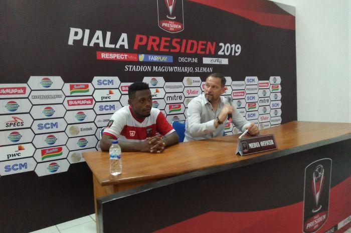 Pelatih Madura United, Dejan Antonic (kanan) didampingi David Laly (kiri) usai laga kontra Borneo FC di Stadion Maguwoharjo, Sleman, Jumat (15/3/2019).