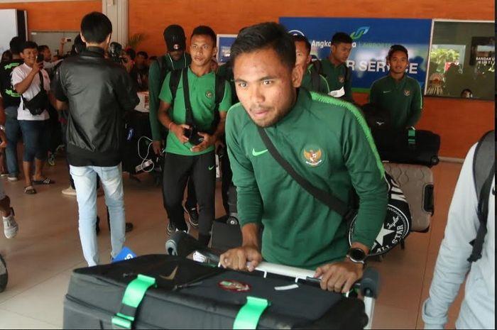 Pemain Timnas U-23 Indonesia Saddil Ramdani dkk tiba di Bandara Internasional I Gusti Ngurah Rai, Badung, Bali, Jumat (15/3). Timnas U-23 Indonesia akan melakoni laga uji coba kontra Bali United, Minggu (17/3//2019).