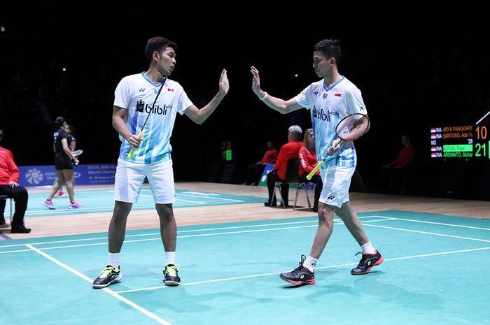 Pasangan ganda putra Indonesia, Fajar Alfian/Muhammad Rian Ardianto, melakukan tos pada babak perempat final Swiss Open 2019 di St Jakobshalle, Jumat (15/3/2019).