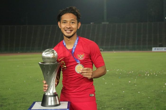 Gelandang timnas U-23 Indonesia, Gian Zola, memegang trofi Piala AFF U-22 2019.