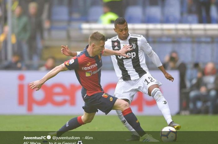 Bek Juventus, Alex Sandro (kanan), beraksi dalam laga Liga Italia melawan Genoa di Stadion Comunale Luigi Ferraris, Minggu (17/3/2019).