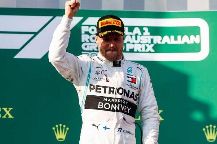 Pembalap Mercedes, Valtteri Bottas, berpose di podium setelah keluar sebagai juara GP Australia di Sirkuit Melbourne Grand Prix, Minggu (17/3/2019).