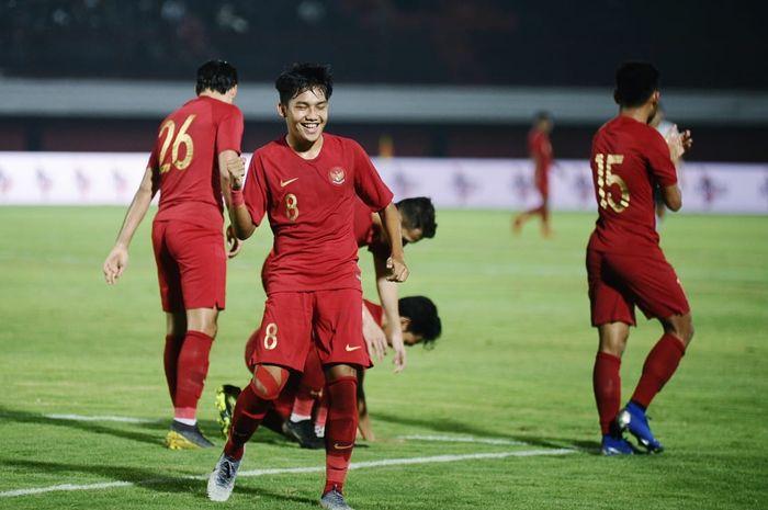 Winger timnas U-23 Indonesia, Witan Sulaiman, merayakan gol yang dicetak ke gawang Bali United pada laga uji coba di Stadion Kapten I Wayan Dipta, Bali, Minggu (17/3/2019).