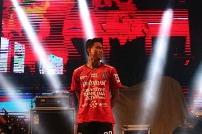 Bek Kanan Bali United, I Made Andhika mengenakan jersey baru musim 2019. Bali United memperkenalkan seragam barunya tersebut di acara Bali United Festival di Stadion Kapten I Wayan Dipta, Sabtu (16/3/2019).