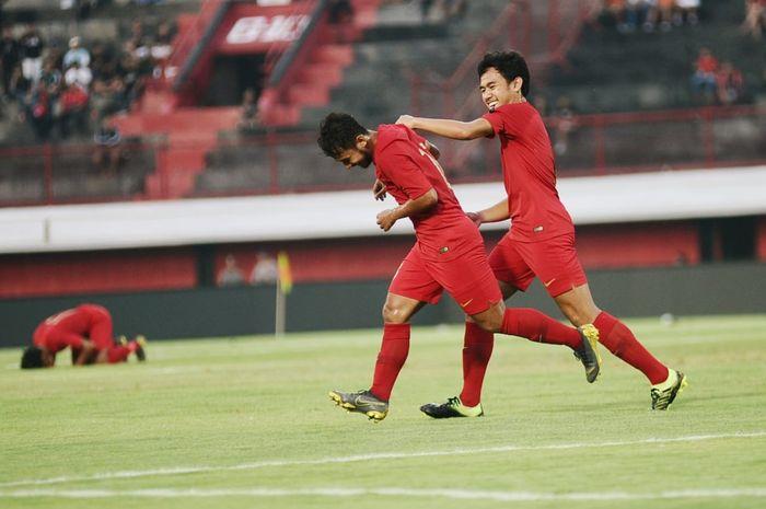 Gelandang timnas U-23 Indonesia, Gian Zola, mencetak gol ke gawang Bali United di laga uji coba di Stadion Kapten I Wayan Dipta, Bali, Minggu (17/3/2019).