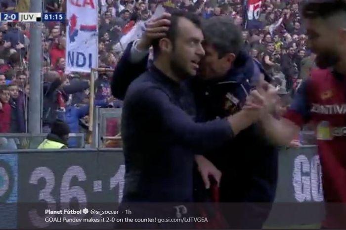 Penyerang Genoa, Goran Pandev (kiri), merayakan gol yang dicetak ke gawang Juventus dalam laga Liga Italia di Stadion Comunale Luigi Ferraris, Minggu (17/3/2019).