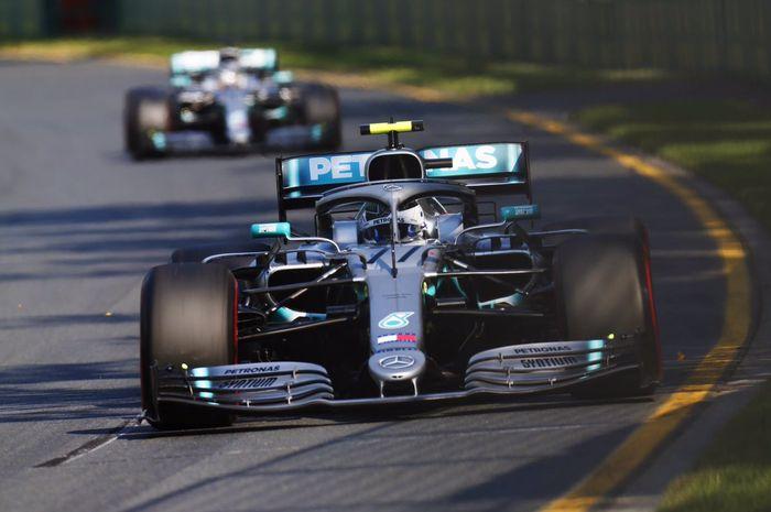 Valtteri Bottas (Mercedes) saat melaju di depan rekan setimnya sendiri, Lewis Hamilton, saat tampil pada sesi balapan F1 GP Australia 2019, Minggu (17/3/2019).