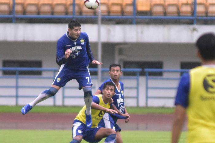 Gelandang Persib Bandung, Esteban Viscarra mulai merumput kembali.