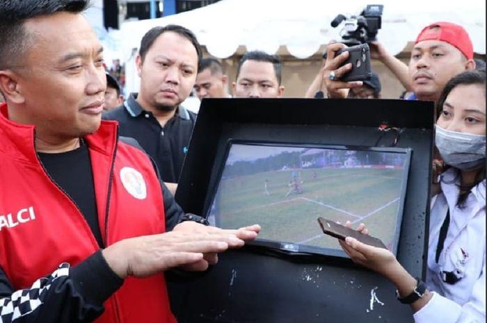 Menpora Imam Nahrawi mendengar penjelasan tentang penggunaan video assistant referee (VAR) di Stadion UPI, Kota Bandung, Minggu (17/3/2019).