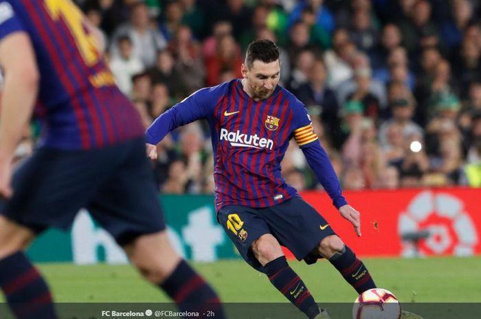 Striker Barcelona, Lionel Messi, menendang sepakan tendangan bebas saat melawan Real Betis pada Senin (18/3/2019) di Stadion Benito Villamarin, Sevilla.