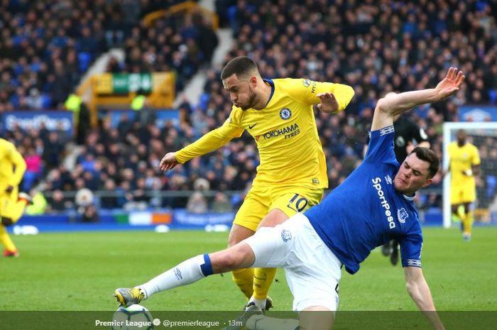 Bek Everton, Michael Keane, berusaha merebut bola dari playmaker Chelsea, Eden Hazard, pada laga Liga Inggris, Minggu (17/3/2019), di Stadion Goodison Park, Liverpool.