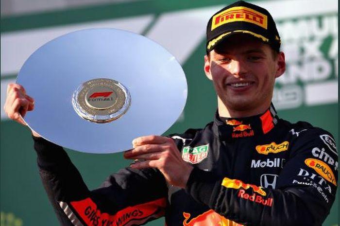 Pembalap Red Bull Honda, Max Verstappen, memegang trofi setelah finish peringkat ketiga di GP Australia, pada seri perdana Formula 1 2019.