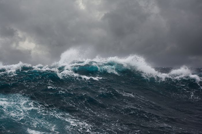Ilustrasi gelombang tinggi di lautan Indonesia.